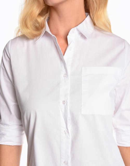 Elegáns blúz egy nagyobb feneket takaró ing szabással